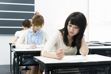 試験中の静かな教室