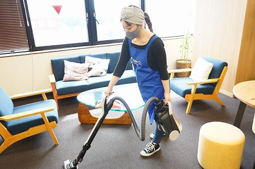 掃除機を使う際は持ち上げる