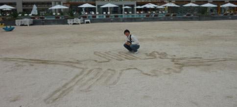 海辺でナスカの地上絵を描く
