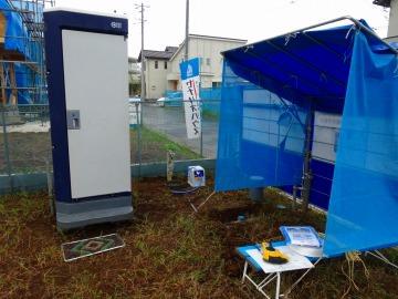 仮設トイレと屋根付き休憩所
