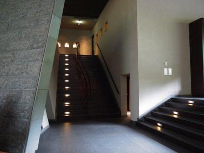 嘉助からキッズルームへ行く階段