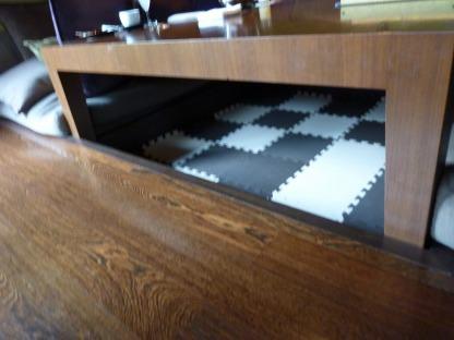 テーブルの下にジョイントマット